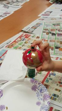 For Christmas, the library offers ornament-decorating sessions.